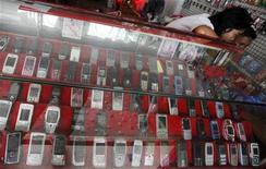<p>Dans une boutique de téléphonie mobile à Bangkok. Les ventes de téléphones portables ont progressé de 35% au troisième trimestre, dopées par l'explosion des combinés en marque blanche et des smartphones mais Nokia et les leaders traditionnels du secteur ont vu leur part de marché chuter, selon le cabinet d'études Gartner. /Photo prise le 22 septembre 2010/REUTERS/Chaiwat Subprasom</p>