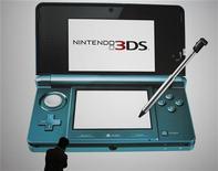 <p>Nintendo compte sur la version 3D de sa console de jeu vidéo portable DS, dont la sortie est prévue au cours du premier trimestre 2011, pour regagner le terrain perdu face à ses concurrents Sony et Microsoft. /Photo prise le 29 septembre 2010/REUTERS/Toru Hanai</p>