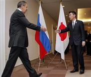 <p>Министры иностранных дел России и Японии Сергей Лавров (слева) и Сеидзи Маехара приветствуют друг друга перед встречей в Йокогаме 13 ноября 2010 года. Министры иностранных дел России и Японии в субботу договорились улучшать взаимоотношения после вспышки напряжения по поводу спорных территорий. REUTERS/Itsuo Inouye/Pool</p>