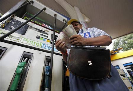 An employee counts currency at a fuel station in Mumbai June 25, 2010.  REUTERS/Danish Siddiqui/Files