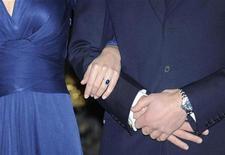 <p>El príncipe Guillermo de Inglaterra y su prometida Kate Middleton, posando en el Palacio St. James en Londres. Nov 16 2010 El príncipe Guillermo de Inglaterra y su novia Kate Middleton se casarán el próximo año, dijo el martes el Palacio de Buckingham. REUTERS/Paul Hackett</p>