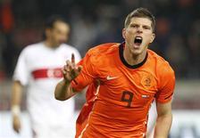 <p>Klaas-Jan Huntelaar, da Holanda, comemora gol que deu à seleção a vitória sobre a Turquia em amistoso, por 1 x 0. REUTERS/Michael Kooren</p>