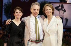 """<p>Diretor Todd Solondz (centro) e as atrizes Shirley Henderson (esq) e Charlotte Rampling na exibição do filme """"Vida Durante a Guerra"""" no Festival de Veneza em 2009. 03/09/2009. REUTERS/Tony Gentile /Arquivo</p>"""