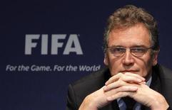 <p>Secretário-geral da Fifa, Jerome Valcke, participa de coletiva de imprensa após reunião da Comissão de Ética em Zurique. Dois membros do comitê executivo foram suspensos e multados após serem investigados sob suspeita de oferecer vender seus votos nas eleições das sedes das Copas do Mundo de 2018 e 2022. 18/11/2010 REUTERS/Christian Hartmann</p>