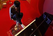 <p>El pianista chino sin brazos Liu Wei, tocando en un evento para un canal de televisión en Pekín. Nov 15 2010 Liu Wei, el pianista chino sin brazos que asombró a sus compatriotas en la televisión, está listo para mostrar su inusual habilidad en una gira mundial en la que buscará cautivar al público con la destreza de los dedos de sus pies. REUTERS/Petar Kujundzic</p>