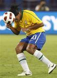 <p>Ronaldinho cabeceia a bola durante partida do Brasil contra a Argentina na quarta-feira. Nesta sexta, ele foi criticado pelo técnico de seu clube, o Milan, por deixar um bar às 2 da manhã. REUTERS/Fadi Al-Assaad</p>