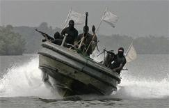<p>Militants patrol the creeks of the Niger delta region of Nigeria January 30, 2007. REUTERS/George Esiri</p>