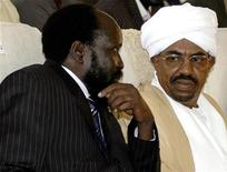 <p>Sudan's Vice-President and leader of SPLM Kiir chats with Sudanese President al-Bashir after swearing-in ceremony in Khartoum, August 11, 2005. REUTERS/ Mohamed Nureldin</p>