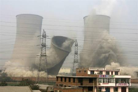 Cooling towers are demolished in an attempt to save energy and reduce emissions, at a power plant in Xinxiang, Henan province, October 28, 2009. REUTERS/Donald Chan/Files