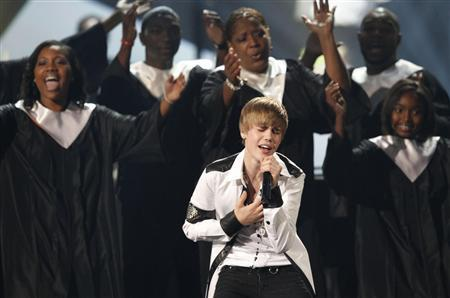 Singer Justin Bieber performs 'Pray' at the 2010 American Music Awards in Los Angeles November 21, 2010. REUTERS/Mario Anzuoni