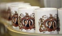 <p>Imagen de archivo de tazones con la foto del príncipe Guillermo junto a su prometida Kate Middleton en Liverpool. Nov 18 2010 El príncipe Guillermo de Gales se casará con su prometida Kate Middleton el viernes 29 de abril del año próximo en la Abadía de Westminster en Londres, dijo el martes su oficina. REUTERS/Phil Noble/ARCHIVO</p>