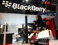 <p>Imagen de archivo de una tienda de Blackberry en Dubai. Oct 17 2010 Research in Motion, fabricante del teléfono BlackBerry, confía en que no habrá una prohibición de sus servicios en India, dijo el martes un alto cargo de la empresa canadiense. REUTERS/Ahmed Jadallah/ARCHIVO</p>