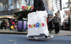 <p>Shoppers pass by the Toys R Us store at Times Square in New York November 22, 2010. REUTERS/Brendan McDermid</p>
