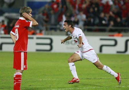 Hapoel Tel Aviv's Eran Zahavi (R) celebrates his goal against Benfica during their Champions League Group B soccer match at Bloomfield stadium in Tel Aviv November 24, 2010. REUTERS/Nir Elias