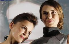 """<p>Atrizes Elena Anaya (esq) e Natasha Yarovenko promovem o filme """"Um Quarto em Roma"""", em Madri. 04/05/2010 REUTERS/Susana Vera/Arquivo</p>"""