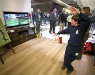 <p>Microsoft a annoncé lundi soir avoir écoulé plus de 2,5 millions d'exemplaires de son système de jeu à capture de mouvements Kinect dans le monde, 25 jours seulement après sa sortie en rayons. /Photo prise le 18 novembre 2010/REUTERS/Marcus Donner</p>