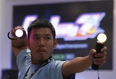 <p>La manette Move destinée à la PlayStation 3 présentée au salon Gamescom de Cologne. Sony a annoncé mardi avoir vendu 4,1 millions d'exemplaires de sa manette de jeu à détection de mouvement Move depuis son lancement il y a deux mois. /Photo prise le 18 août 2010/REUTERS/Ina Fassbender</p>