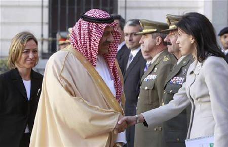 Prince Khalid bin Sultan bin Abdul Aziz Al-Saud (C), Saudi Arabia's Assistant Minister of Defense and Aviation, greets military delegates in front of Spain's Defence Minister Carme Chacon (L) after his arrival for their meeting in Madrid November 2, 2010. REUTERS/Andrea Comas (SPAIN - Tags: POLITICS MILITARY)