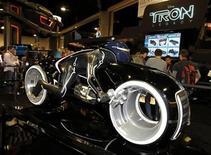 """<p>Foto de archivo de una réplica de una motocicleta de la película de ciencia ficción de Disney """"Tron: Legacy"""" exhibida durante al Comic Con en San Diego, EEUU, jul 22 2010. La costosa película de ciencia ficción de Disney """"Tron: Legacy"""" podría abrir significativamente por debajo de las expectativas, según las encuestas preliminares realizadas por empresas de seguimiento de Hollywood REUTERS/Mike Blake</p>"""