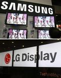 <p>Samsung Electronics et LG Display ont obtenu l'autorisation pour construire chacun une usine de fabrication d'écrans LCD en Chine, marché à forte croissance pour la télévision, pour un montant total de six milliards de dollars. /Photos d'archives/REUTERS/Vivek Prakash/Lee Jae-Won</p>