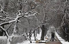 <p>Люди идут по заснеженному парку в Москве 21 ноября 2010 года. Большую часть России накроют в ближайшие дни сильные снегопады, в южных регионах местами ожидаются дожди, прогнозирует Гидрометцентр (www.meteoinfo.ru). REUTERS/Sergei Karpukhin</p>