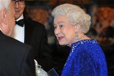 """<p>Rainha Elizabeth cumprimenta o elenco de """"As Crônicas de Nárnia - A Viagem do Peregrino da Alvorada"""" na estreia do filme em Londres. 30/11/2010 REUTERS/Ian Nicholson/Arquivo</p>"""