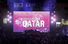 <p>Moradores de Doha, capital do Catar, comemoram vitória do país na eleição da sede da Copa do Mundo da Fifa de 2022. REUTERS/Fadi Al-Assaad</p>