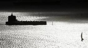 <p>A yacht sails through Sydney Harbour past Fort Denison at sunrise December 9, 2009. REUTERS/Tim Wimborne</p>