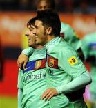<p>Lionel Messi do Barcelona (esq) e David Villa comemoram gol de pênalti contra o Osasuna. O Barcelona venceu por 3 x 0 no sábado e manteve a liderança por dois pontos no Campeonato Espanhol. 04/12/2010 REUTERS/Vincent West</p>
