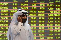 <p>Investidor monitora a bolsa de ações em Doha. A escolha do Catar como sede da Copa do Mundo de 2022 vai aquecer o setor local da construção civil e causar uma valorização nos imóveis, uma vez que o evento atrairá projetos bilionários ao pequeno país do golfo Pérsico. 05/12/2010 REUTERS/Stringer</p>