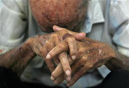 An elderly man rests at the Santovenia Asylum in Havana July 6, 2009. REUTERS/Enrique De La Osa