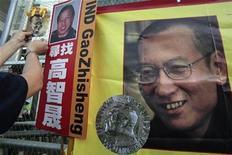 <p>Una pancarta con una foto del premio Nobel de la Paz Liu Xiaobo, durante una protesta en Hong Kong. Dic 5 2010 China y otros 18 países han declinado las invitaciones para asistir a la ceremonia del viernes de entrega del premio Nobel de la Paz al disidente chino Liu Xiaobo, dijo el martes el Comité Nobel Noruego. REUTERS/Tyrone Siu</p>