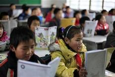 <p>Children of migrant workers attend a class at a primary school in Shanghai March 5, 2010. REUTERS/Aly Song</p>