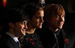 """<p>Foto de archivo. De izquierda a derecha: Daniel Radcliffe, Emma Watson y Rupert Grint a su llegada al estreno mundial del filme """"Harry Potter y las Reliquias de la Muerte"""" en Londres, nov 11 2010. El joven mago Harry Potter se mantuvo en la cima de la taquilla británica por tercera semana consecutiva, sumando 3,7 millones de libras a su recaudación total, según informó el martes Screen International. REUTERS/Stefan Wermuth</p>"""