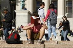 <p>A student reads on the campus of Columbia University in New York, October 5, 2009. REUTERS/Mike Segar</p>