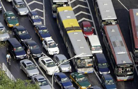 A traffic jam is seen on Jianguo Road during rush hour in Beijing, August 4, 2010.  REUTERS/Jason Lee/Files