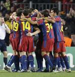 <p>Jogadores do Barcelona comemoram gol de Andreu Fontas contra o Rubin Kazan. O Rubin Kazan fracassou na tentativa de passar às oitavas de final da Liga dos Campeões ao perder de 2 x 0. 07/12/2010 REUTERS/Gustau Nacarino</p>