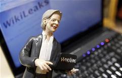 <p>Foto ilustrativa que muestra una figura del fundador de WikiLeaks, Julian Assange, en Nápoles. Dic 6 2010 Los ataques a páginas web lanzados por seguidores de WikiLeaks muestran que la ciberguerra del siglo XXI está volviéndose un asunto más amateur y anárquico de lo que muchos predecían. REUTERS/Ciro De Luca</p>
