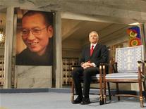 <p>El presidente de la comisión del Premio Nobel, Thorbjoern Jagland, junto a la silla vacía donde debería de haber estado sentado el ganador del Nobel de la Paz, Liu Xiaobo, en Oslo. Dic 10 2010. PROHIBIDA SU VENTA Y USO COMERCIAL El presidente de Estados Unidos, Barack Obama, dijo el viernes que lamentaba que ni Liu Xiaobo ni su esposa recibieran permiso para acudir a la ceremonia en la que se otorgará al disidente chino el premio Nobel de la Paz en Oslo. REUTERS/Heiko Junge/Scanpix Norway/Pool</p>