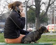 <p>Une jeune Serbe au téléphone dans le centre de Belgrade. Sept entreprises, dont France Télécom, se sont montrées intéressées par l'achat d'une participation de 51% dans l'opérateur télécoms public serbe Telekom Srbija. /Photo d'archives/REUTERS/Ivan Milutinovic</p>