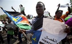 <p>Southern Sudanese citizens chant slogans and hold placards as they march in the streets in support of the independence referendum in Juba, South Sudan, December 9, 2010. REUTERS/Benedicte Desrus</p>