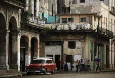 """<p>Foto de archivo de un grupo de personas en medio de una calle en La Habana, oct 26 2010. Cuba lanzará el martes su propia versión de Wikipedia, una enciclopedia online donde su enemigo ideológico Estados Unidos es descrito como el """"imperio de nuestra época"""". REUTERS/Desmond Boylan</p>"""