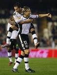 <p>Marius Stankevicius (à dir.) e Jordi Alba, do Valencia, comemoram gol contra o Osasuna durante partida pelo Campeonato Espanhol no estádio de Mestalla, em Valência, 13 de dezembro de 2010. REUTERS/Heino Kalis</p>