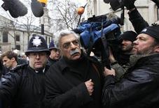 <p>Escritor britânico Tariq Ali, simpatizante do fundador do WikiLeaks Julian Assange, chega ao Tribunal Superior de Londres. Um juiz britânico decidirá nesta quinta-feira se Assange terá direito a aguardar em liberdade o processo que pode levar à sua extradição para a Suécia. 16/12/2010 REUTERS/Stefan Wermuth/Arquivo</p>