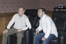 <p>Russia's President Dmitry Medvedev (R) and Prime Minister Vladimir Putin watch the World World 2 era movie Brestskaya Krepost (Brest Fortress) at the presidential residence Bocharov Ruchei in Sochi, December 3, 2010. REUTERS/Vladimir Rodionov/RIA Novosti/Kremlin</p>