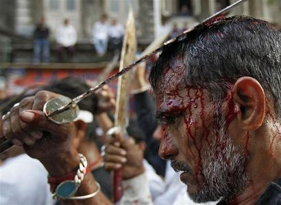 A Shi'ite Muslim man flagellates himself during an Ashura procession in Mumbai, India December 17, 2010. REUTERS/Danish Siddiqui