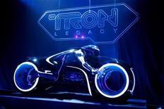 """<p>Imagen de archivo de una propaganda de la película """"TRON: Legacy"""" para su premiere mundial en Hollywood. dic 11 2010. """"Tron: Legacy"""", una costosa película de ciencia ficción 3D que Walt Disney Co promovió durante más de tres años, alcanzó el primer lugar en la taquilla norteamericana este fin de semana, pero con una recaudación decepcionante de 43,6 millones de dólares. REUTERS/Danny Moloshok/Archivo</p>"""