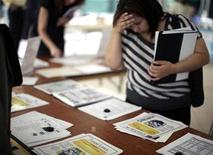 <p>A woman browses job openings at a job fair in Los Angeles, California, October 12, 2010. REUTERS/Lucy Nicholson</p>