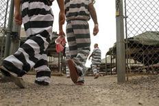 <p>Заключенные в тюремном лагере Марикопы, Финикс 30 июля 2010 года. Количество казней в США снизилось в текущем году, отчасти из-за нехватки препаратов, используемых для смертельных инъекций, а также слишком высокой стоимости подобной процедуры в непростые для экономики страны времена, говорится в отчете Информационного центра по вопросам смертной казни США. REUTERS/Joshua Lott</p>