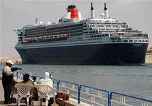 <p>Egyptians look at Queen Mary 2, the world's largest ocean liner, as it crosses the Suez Canal in Ismailia, some 120 km (75 miles) north of Cairo, March 28, 2009. REUTERS/Stringer</p>